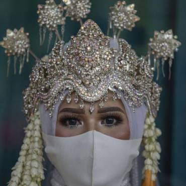 FOTO: Menikah Sederhana di KUA Kala Pandemi Corona ( CNN Indonesia )